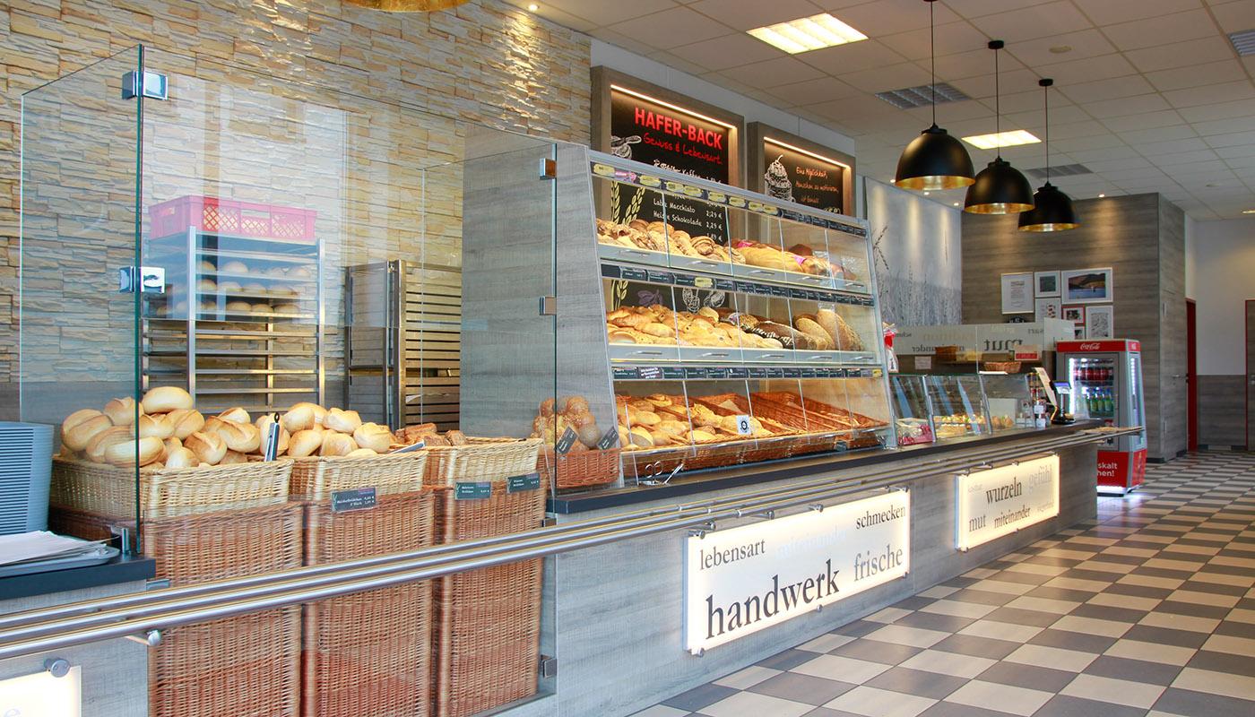 Bäckertheke - Glas und Holz im Einklang